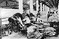 COLLECTIE TROPENMUSEUM Arbeiders aan het werk bij crèpemachines in een rubberfabriek TMnr 10012767.jpg