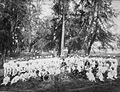 COLLECTIE TROPENMUSEUM Groepsportret van een grote groep mannen in bos TMnr 60022975.jpg