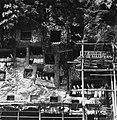 COLLECTIE TROPENMUSEUM Rotsgraven met tau-tau en steigers nabij het dorp Lemo TMnr 20000519.jpg
