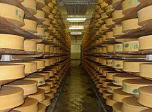Fromages dans la cave de coopérative laitière de Beaufort