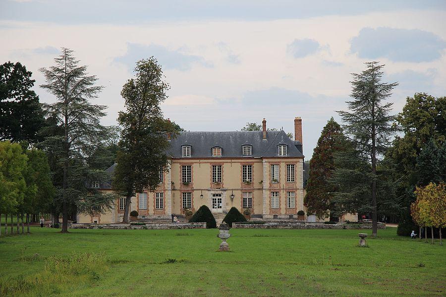 La facade est du château de Plaisir.