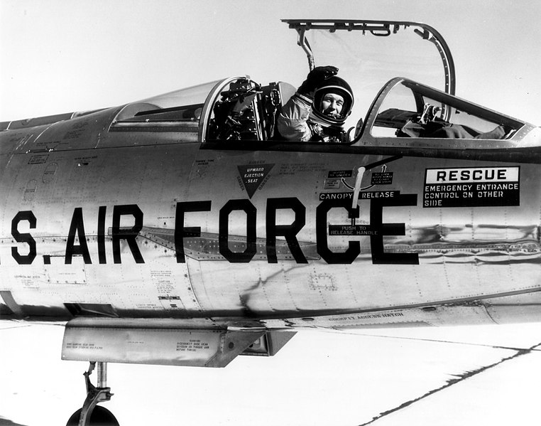 Vos astronautes fétiches - Page 3 762px-Chuck_Yeager_in_NF-104