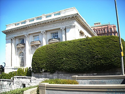 Danielle Steel's longtime residence in San Francisco, built in 1913 as the mansion of sugar tycoon Adolph B. Spreckels Danielle Steel's longtime residence in San Francisco.jpg