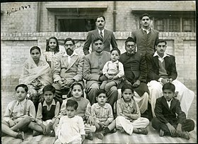 تفصیل= Abdul Hamid Khan Dasti sits center with his family. Front row seated on floor: Shauket Dasti, Abdul Quddus Dasti, Shahida Dasti, Nasira Dasti, Tariq Dasti, Kausara Dasti, Abdul Raouf DastiSecond row seated on chairs: Khalida Dasti, Abdul Aziz Dasti, Abdul Hamid Khan Dasti, Farooq Dasti, Abdul Majeed Dasti, Irshad DastiLast row standing: Saeed Akbar Dasti, Iqbal Hameed Dasti