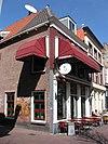 foto van Hoekpand met schilddak en lijstgevel met gemetselde muurdammen tussen de verdiepingsvensters