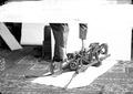 Die zusammengelegte Dreibeinstütze wird auf das Traggestell montiert - CH-BAR - 3241589.tif