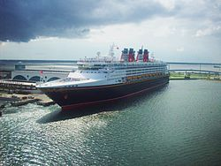 Disney Wonder am Pier von Port Canaveral