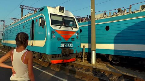 Файл:EP1M-623 coupling with train, Goryachiy Klyuch.webm