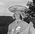 Een inheemse vouw in Coronie met een mand op haar hoofd, Bestanddeelnr 252-4672.jpg