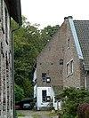 foto van Huis met hoog zadeldak, opgetrokken uit baksteen