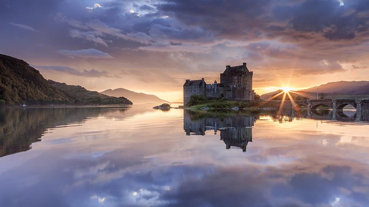 L'île et le château d'Eilean Donan au crépuscule, sur le loch Duich, en Écosse.  (définition réelle 2600×1462)