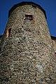 Ein Turm von unten mit Fenster Burg Voigtsberg 30052019.jpg