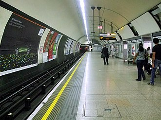 Euston tube station - The extra wide southbound platform of the Northern line's Bank branch formed by the removal of the northbound track (passengers on the right are standing where the northbound track was)