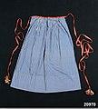 Förkläde av bomullslärft med tryckt smalrandigt mönster i blått på vit botten - Nordiska museet - NM.0020970 (1).jpg