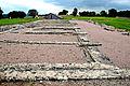 F07 Alesia Ausgrabungen, Rerihenhausfundamente mit Portiken.0014.JPG
