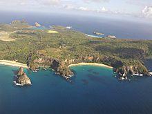 Photographie aérienne de plusieurs îles, dont une grande centrale.