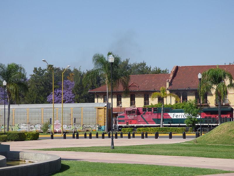 File:Ferrocarril pasando frente a la antigua estación de ferrocarriles en Aguascalientes 02.JPG
