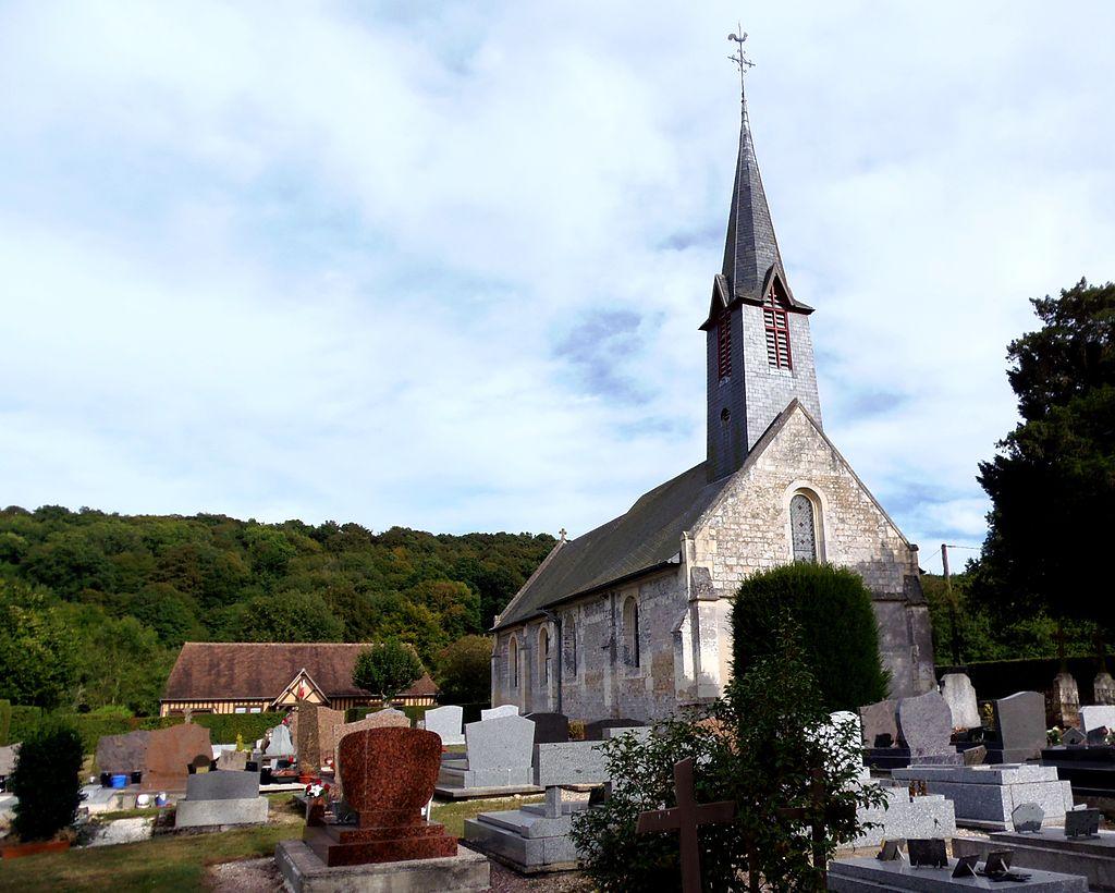 L'église Saint-Désir et la mairie en arrière-plan.