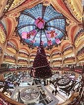 Essa imagem tem um atributo alt vazio; o nome do arquivo é 170px-Galerie_Lafayette_Haussmann_Dome.jpg