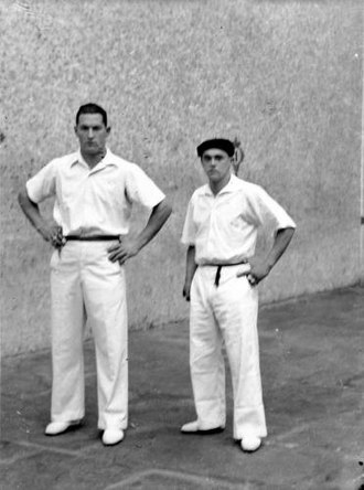 Mariano Juaristi - Mendizábal (right), next to Miguel Gallastegui