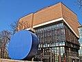Gasteig Philharmonie mit der Skulptur Gerundetes Blau von Rupprecht Geiger im Vordergrund.jpg