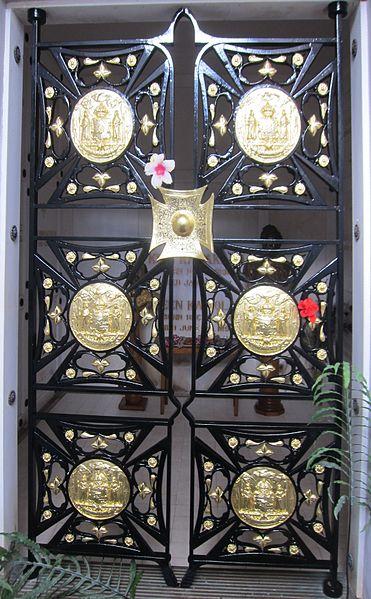 File:Gates of Kalakaua Crypt at the Royal Mausoleum of Hawaii.jpg
