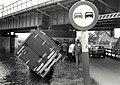 Gekantelde vrachtauto bij de Traliebrug. Aangekocht in 1989 van United Photos de Boer bv. - Negatiefnummer 29586 k 11 A. - Gepubliceerd in het Haarlems Dagblad dd. 27-09-1988. Identificatienummer 54-0.JPG