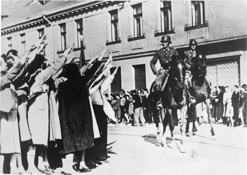 German cavalry enters the Polish city of Łódź Litzmannstadt greeted by members of the city considerable ethnic German community