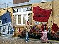 Gero Bittkoven vor einem Teil seiner Graffiti-Kunst am neu zu eröffnenden Bar Zensurfrei, Asternstraße 15 in Hannover, Teilansicht Am Kleinen Felde.jpg