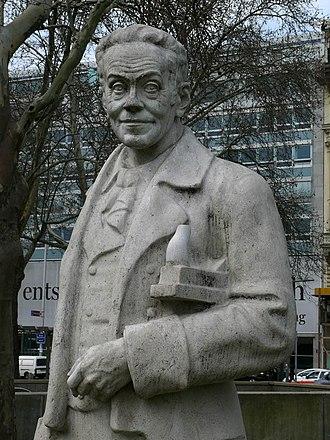"""Alexander Girardi - Girardi monument, Karlsplatz in Wien; as """"Valentin"""" in Ferdinand Raimund's Der Verschwender"""