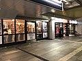 Grønland t-banestasjon - frisør og klesbutikk.jpg