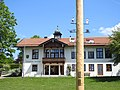 Greiling, TÖL - Schlossweg - Rathaus v S, Maibaum.jpg