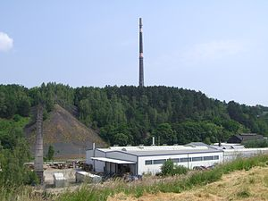 """Freiberg - The slag heap of """"Hohe Esse"""" with the Feinhütte Halsbrücke in the foreground"""