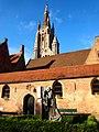 Het Sint-Janshospitaal, met op de achtergrond de toren van de Onze-Lieve-Vrouwekerk..JPG