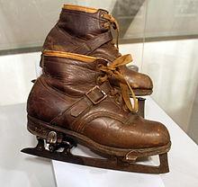 https://upload.wikimedia.org/wikipedia/commons/thumb/6/6b/Ice_Skating_Shoes_%28ubt%29.JPG/220px-Ice_Skating_Shoes_%28ubt%29.JPG