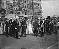 Inhuldiging koningin Juliana. Rijtoer met de Gouden Koets door Amsterdam. De bui, Bestanddeelnr 900-0208.jpg