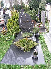 Hrob ivana krajíčka na hřbitově v slávičom údolí v bratislavě