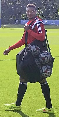 https://upload.wikimedia.org/wikipedia/commons/thumb/6/6b/Jonathan_Tah.jpg/200px-Jonathan_Tah.jpg