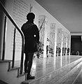 Jongen staat op wacht bij een trap, Bestanddeelnr 252-0029.jpg