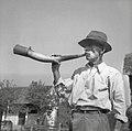 """Jurgalič Jože, Groblje 26 """"pastir"""" (67 let), nekdaj črednik, trobi na kravji rog 1952 (2).jpg"""