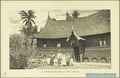 KITLV - 37418 - Demmeni, J. - Tulp, De - Haarlem - A Minangkabau house with its occupants at Tabu on Sumatra's west coast - 1911.tif