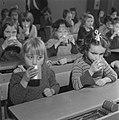 Kinderen krijgen melk op school, Bestanddeelnr 901-4809.jpg