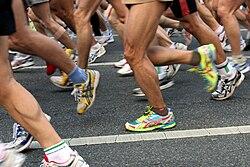 photographie de jambes d'hommes participant à une course pédestre