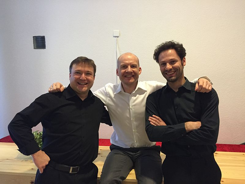 Dirigent Kris Stroobants, Klarinetist Roeland Hendrikx en Violist Wim Spaepen in CC Muze te Zolder