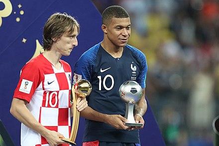 ... Copa Mundial de Fútbol. Luka Modrić y Kylian Mbappé reciben el premio  al mejor jugador y al mejor jugador joven 8f241f259287d