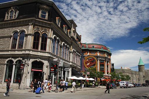 L'ancien immeuble du YMCA, le capitole et la porte Saint-Jean à Place d'Youville