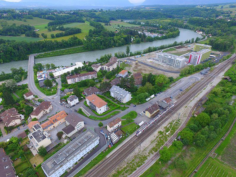 La Plaine, un village de Suisse, situé sur le territoire de la commune de Dardagny dans le canton de Genève, sur la rive droite du Rhône. Vue du ciel.