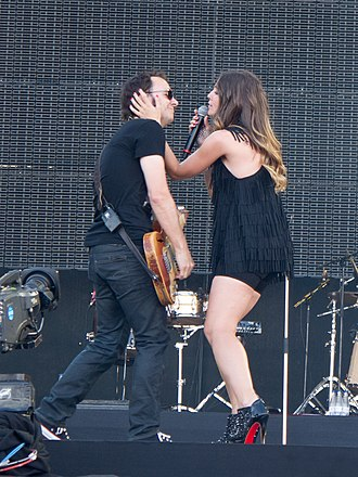 La Oreja de Van Gogh - Leire and Pablo during a concert.