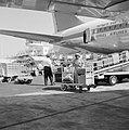 Laad - en loswerkzaamheden bij een toestel van El Al op de luchthaven, Bestanddeelnr 255-3113.jpg