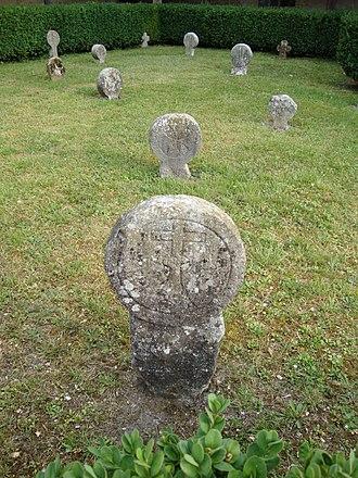 Lacommande - Image: Lacommande (Pyr Atl, Fr) stèle avec un coin du cimetière